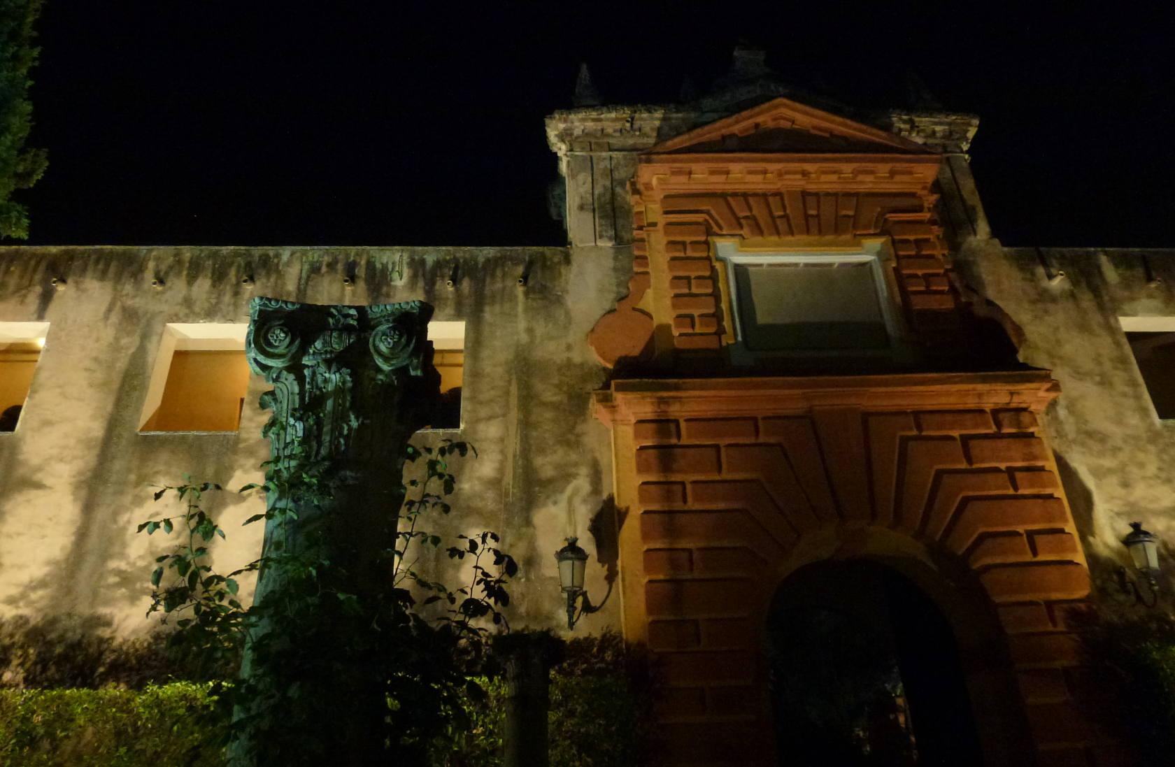 Puerta de galería de gruteescos con columna en primer plano