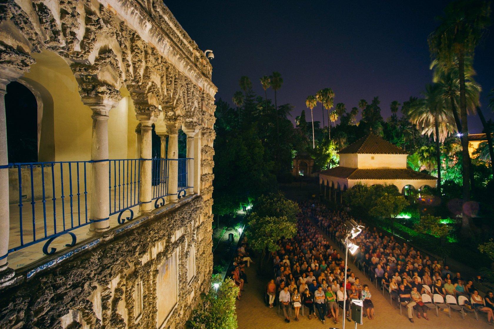 En primer término a la izquierda corredor del grutesco, abajo a la derecha, de cara y delante del cenador de la alcoba,  el público de los conciertos disfrutando un momento musical
